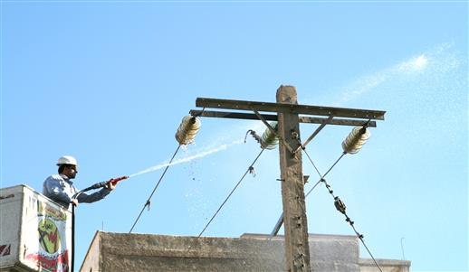 طرح ضربتي پاكسازي تجهيزات برق از ريزگردها در بخش وسيعي از كلانشهر اهواز اجرا شد